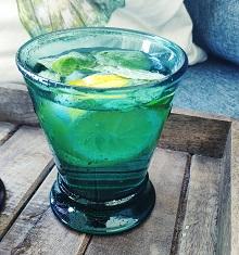 Szklanki do napojów, wody i drinków – jak je wybrać?